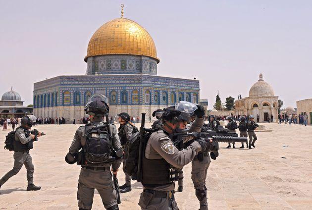 Uniformados de Israel, esta mañana, cargando en Al