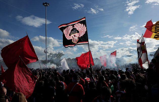 Aficionados del Atlético, a las afueras del estadio tras el partido contra el