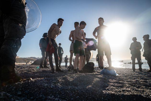 Un grupo de jóvenes recién llegados a la playa de