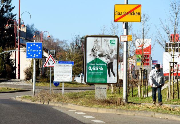 À la frontière franco-allemande entre Spicheren (Moselle) et Sarrebruck (Allemagne), le...