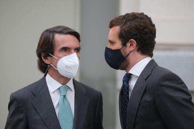 El expresidente del Gobierno, José María Aznar, y el presidente del PP, Pablo Casado, en...