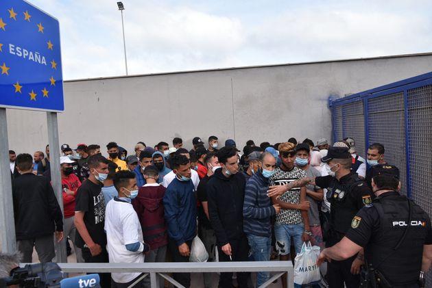 Un grupo de migrantes se prepara para retornar a Marruecos en el control fronterizo de El