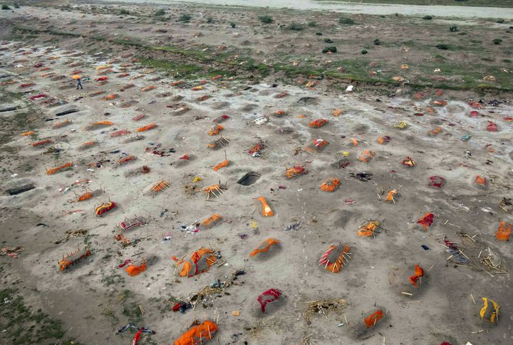 SHRINGVERPUR, INDIA - MAY 20: (EDITOR'S NOTE: Image depicts death.) Bodies, some of which are believed to be Covid-19 victims