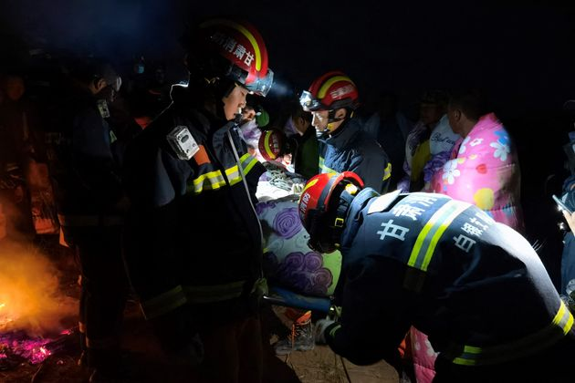 Los equipos de rescate trabajan en Baiyin (China) para socorrer a los participantes del