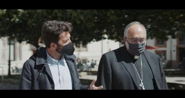 Gonzo y el arzobispo de Oviedo, Jesús Sanz Montes, en