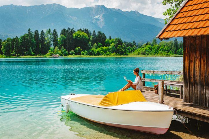 유럽 오스트리아에 있는 '파악' 호수에서 원격 근무를 하며 휴가를 보내는