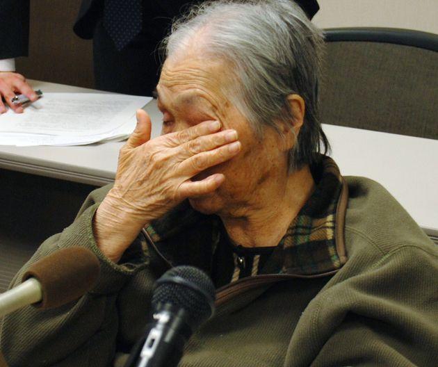 大崎事件の第1次再審請求で請求を棄却され記者会見で涙を拭う殺人などの罪で服役した原口アヤ子さん=2006年2月6日、鹿児島市
