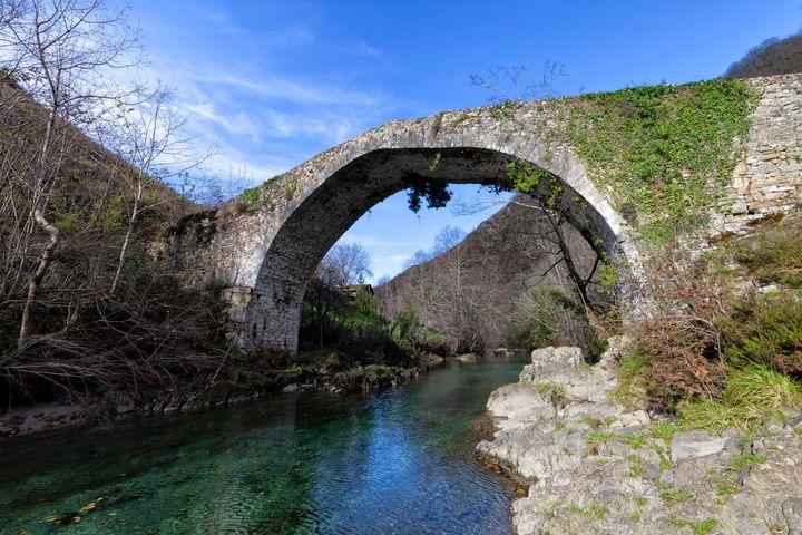 Puente medieval sobre el río Dobra.