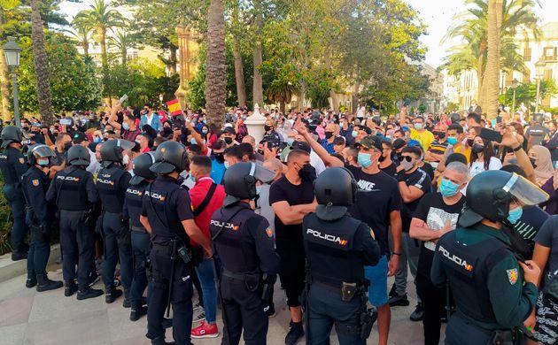 Miembros de la Policía Nacional ante las protestas hoy lunes en la Plaza de los Reyes de Ceuta, tras...