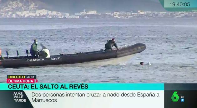 Un menor intenta regresar a nado de España a