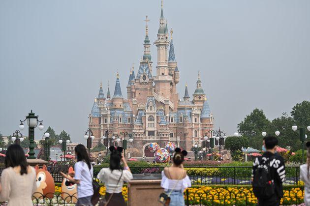 上海ディズニーランドの城。名称はエンチャンテッド・ストーリーブック・キャッスル。ディズニーのテーマパークの中では最大の大きさを誇る