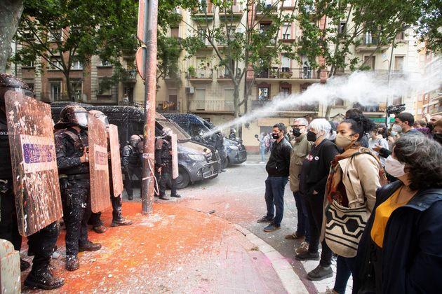 Manifestantes de la CUP y dispositivo policial desplegado este martes en el edificio conocido como Bloc...