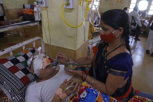 Une aide soignante auprès d'un patient guéri du coronavirus et maintenant atteint de la...