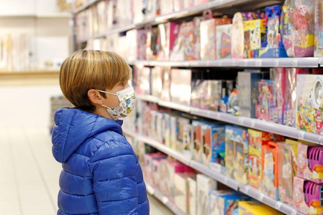 Niño embelesado en una tienda de