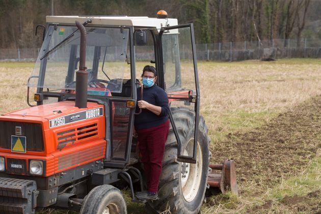 Un agricultora trabaja con el tractor en Chamoso, O Corgo