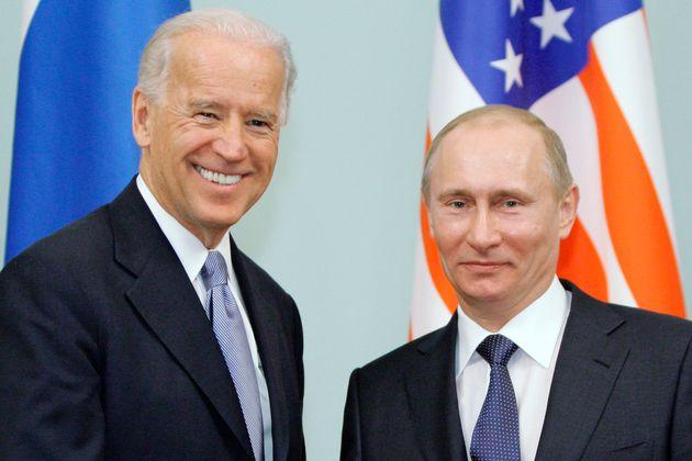 El entonces vicepresidente de EEUU, Joe Biden, y el entonces primer ministro ruso, Vladimir Putin, en...