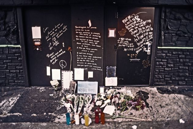 花やろうそく、メッセージがたむけられたザ・ヴァイパー・ルームの外観。亡くなった翌日1993年11月1日の様子