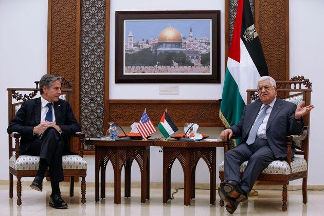 El presidente palestino Mahmoud Abbas, ayer, recibiendo al secretario de estado norteamericano, Antony...