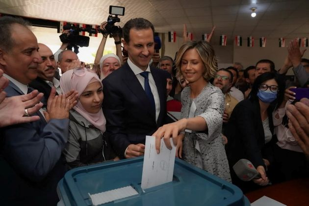 Bashar al Assad y su esposa, Asma, votando esta mañana en Douma