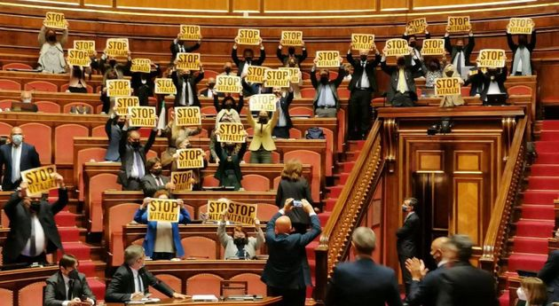 Cartelli con la scritta 'Stop vitalizi' sono stati mostrati in Aula da alcuni senatori del M5s durante...