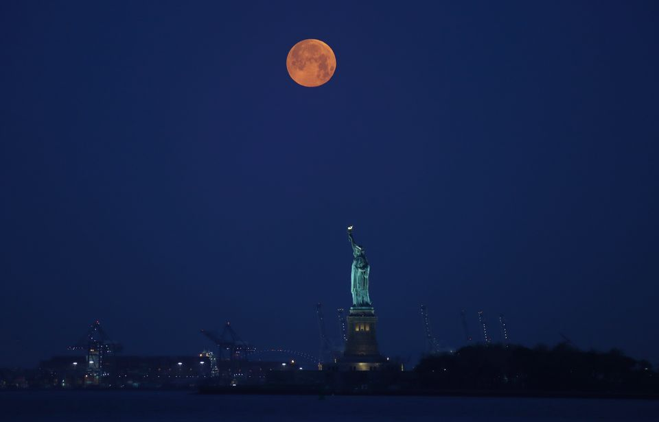 Καθηλωτικές εικόνες από την υπερπανσέληνο με την ταυτόχρονη σεληνιακή