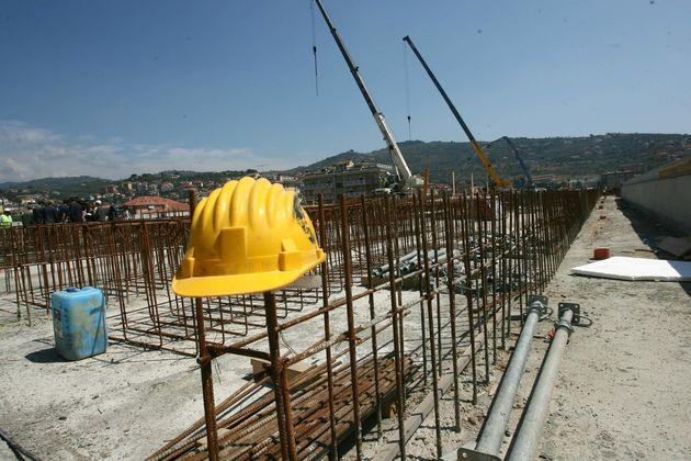Una foto d'archivio di un cantiere edile. ANSA/LUCA