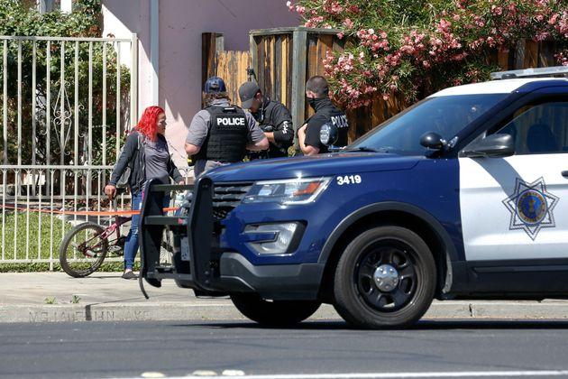 La policía habla con una
