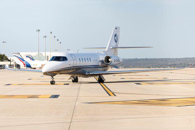 10 fois pire pour le climats que les avions de lignes, les jets privés représentent 10%...