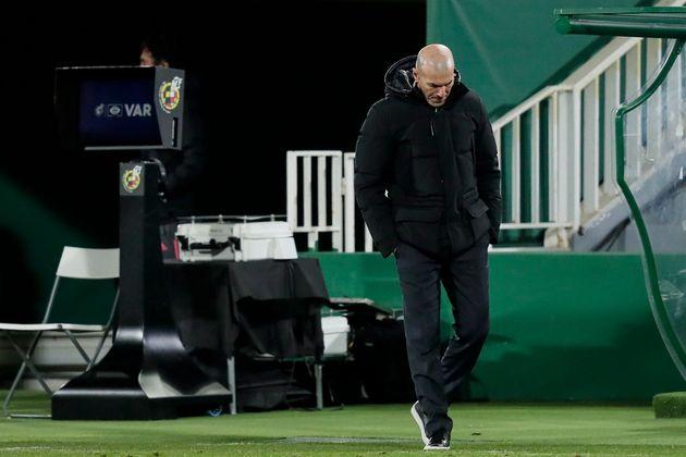 Zidane, dejando el campo tras el partido de LaLiga ante el Elche, esta pasada