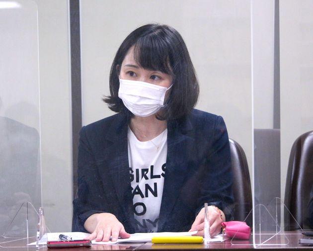 司法記者クラブで会見する石川優実さん