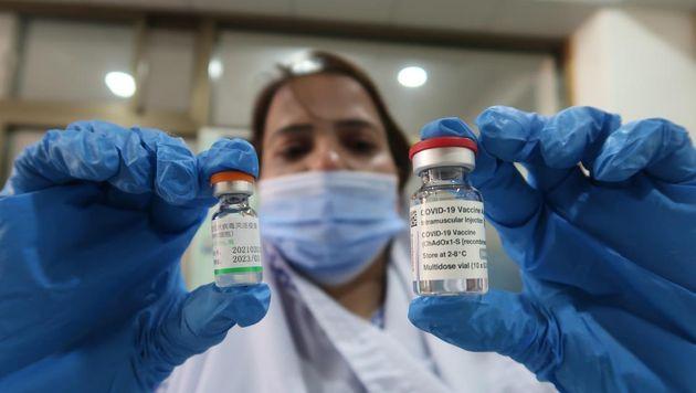 Una enfermera con dos dosis