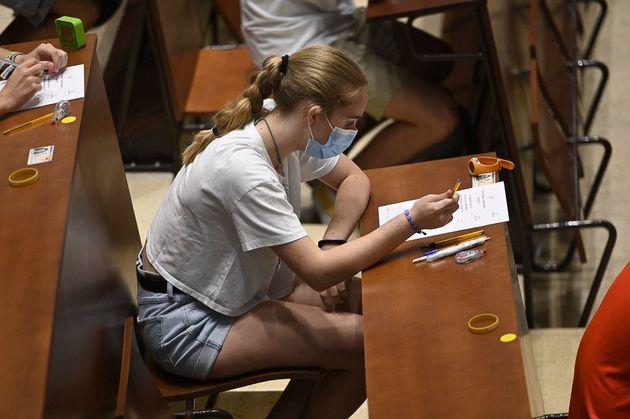 Una estudiante realiza la selectividad en la universidad Complutense en