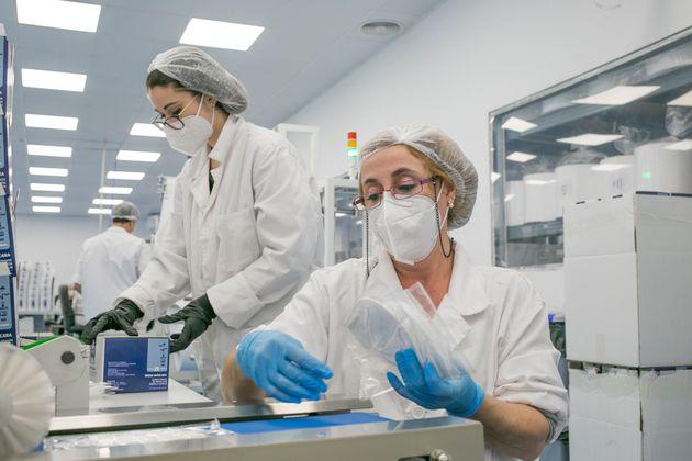 Dos trabajadoras fabrican mascarillasFFP2 en Vilassar de Mar