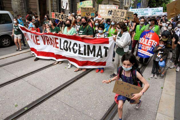 Des milliers de personnes ont défilé en France pour réclamer de réelles mesures...