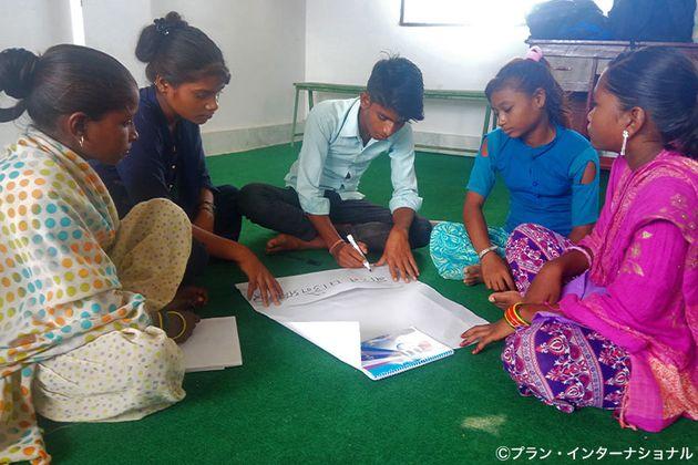 ネパール・バンケ郡のコミュニティで、性と生殖に関する健康と権利について話し合う若者たち