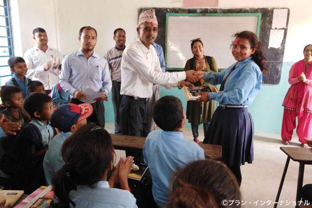 ネパール・バンケ郡で、早すぎる結婚の防止エッセイコンテストで表彰された女の子