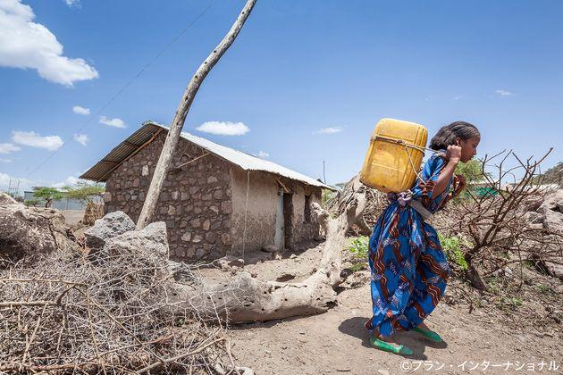 水汲みをするエチオピアの女の子。女の子は一日の多くの時間を家事労働に費やしている