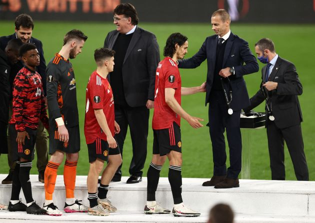 Los jugadores del Manchester United recogen sus