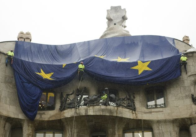 Descuelgan una bandera europea en el edificio de La Pedrera, de Antoni Gaudí, en