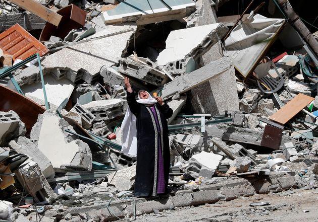 Una mujer grita ante los escombros de un edificio en Gaza capital, el pasado 16 de