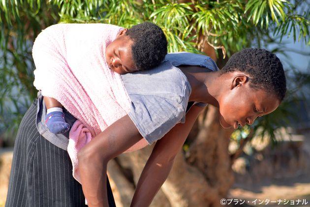 アフリカ、ジンバブエのシフィーさんは16歳で結婚、若くして子どもを産むことの大変さを他の女の子に伝えたいと話す
