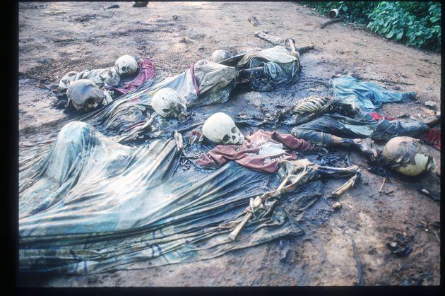 Esqueletos de víctimas de un ataque en una misión católica de Rukara, Ruanda, en...