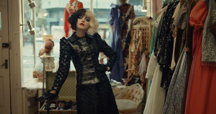 Emma Stone, caracterizada como Cruella