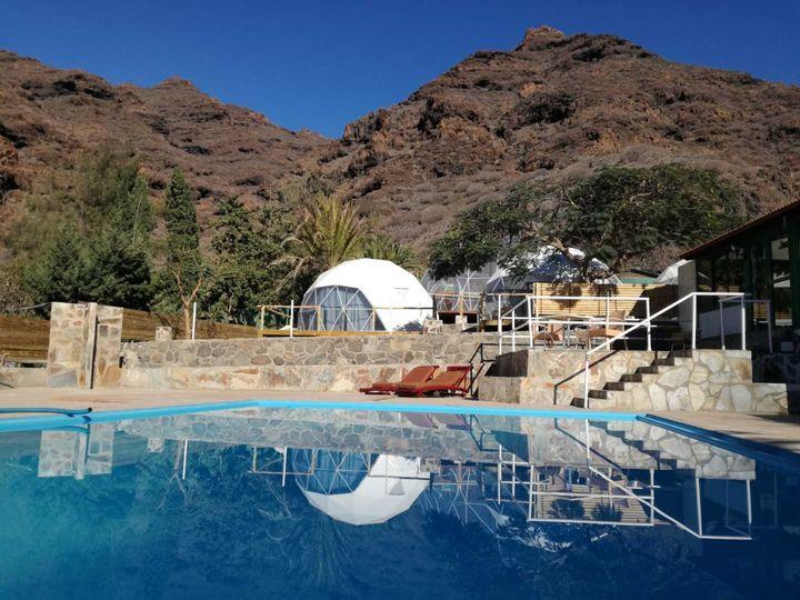 Uno de los pods y la piscina del camping Tasartico (Las Palmas).