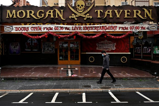 Un hombre pasea por delante de un pub inglés en Benidorm, cerrado por la