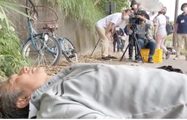 スタントマンを使って現場を再現し、動画を撮影する周防正行監督ら。クラウドファンディングで集めた資金で行った=2020年10月