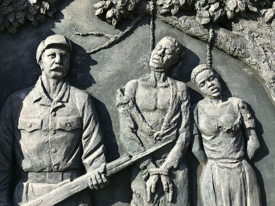 """Memoriale per il genocidio degli Herero e dei Nama (1904-1907) commesso dalle truppe coloniali tedesche nel centro della capitale namibiana Windhoek. L'iscrizione recita: """"Il tuo sangue nutre la nostra libertà"""""""