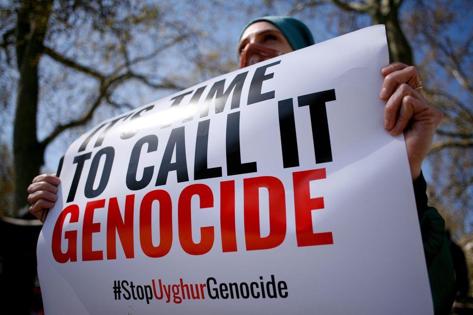 Membri della comunità uigura e attivisti per i diritti umani manifestano fuori dal Parlamento...