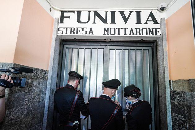 Carabineros italianos colocan los sellos durante una inspección a la estación de salida del cable de Mottarone ...