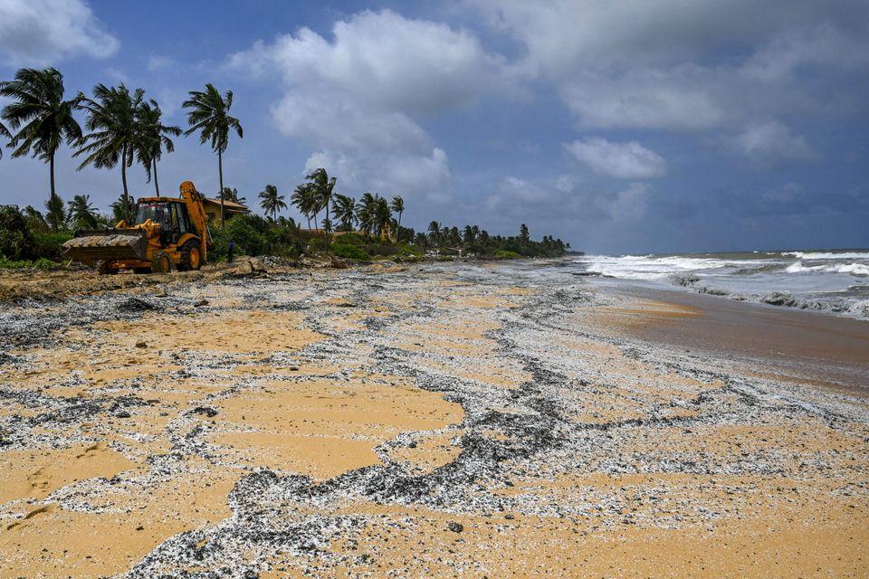Τόνοι πλαστικού καταπίνουν τις παραλίες στη Σρι Λάνκα - Τεράστια οικολογική